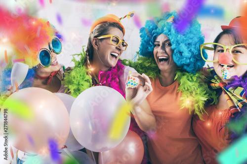 Foto auf Leinwand Texturen party mädchen frauen gruppe mit perücken und tröte und konfetti
