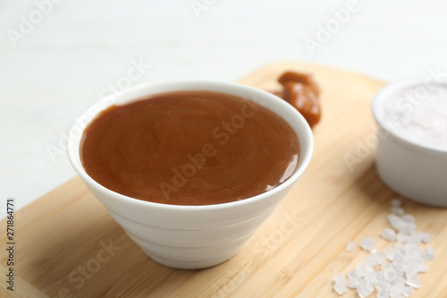 In de dag Chocolade Bowl with caramel sauce and salt on board, closeup
