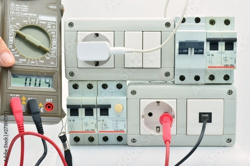 Midiendo electricidad en un cuadro eléctrico con magneto-térmico, enchufes, inte Canvas Print