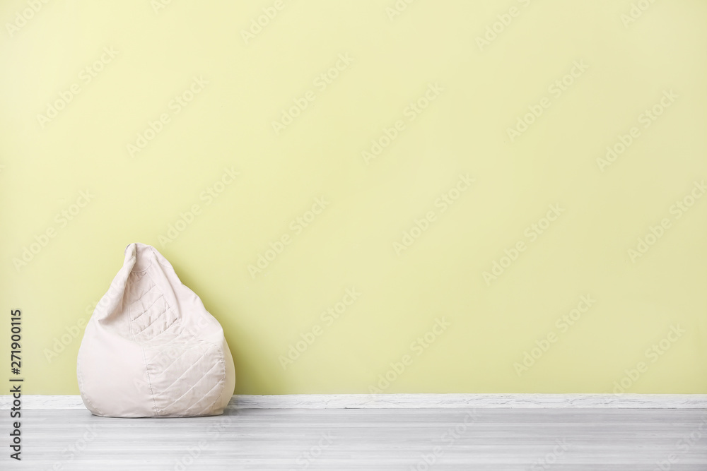 Fototapety, obrazy: Comfortable beanbag near color wall