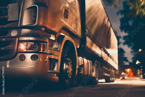 Fotografía truck shipping and logistic in night