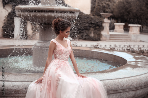 Photo Beautiful bride in pink wedding dress