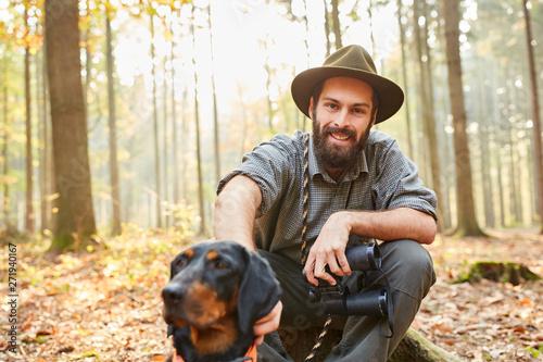 Fotografía Förster mit Jagdhund und Fernglas macht Pause