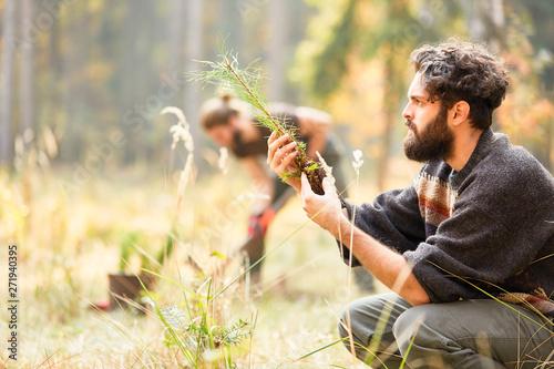 Fotografía  Waldarbeiter kontrolliert Qualität von Setzling
