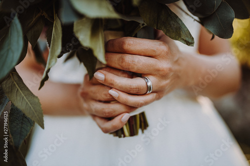 Photo  female wedding hands with ring