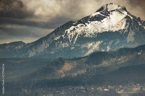 ciemny-krajobraz-z-gorami-o-wschodzie-slonca-tatry-polska-zakopane-europa