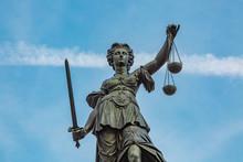 Justitia Figur Hält Die Waage Der Gerechtigkeit Hoch