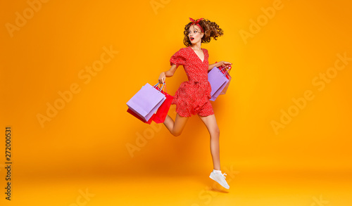 Pinturas sobre lienzo  concept of shopping purchases and sales of happy young girl with packages  on ye