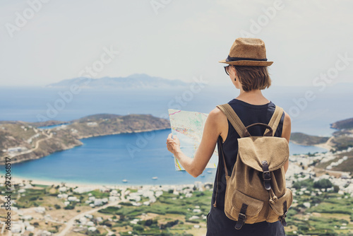 Fotografía  Woman traveler with backpack holding map
