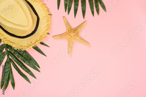 Photo sur Aluminium Akt Summer flat lay background on pink.