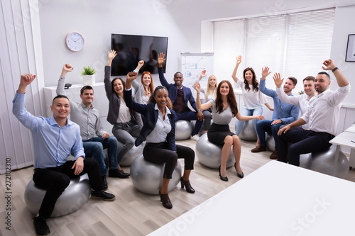 Photo  Group Of Happy Businesspeople Waving Hands