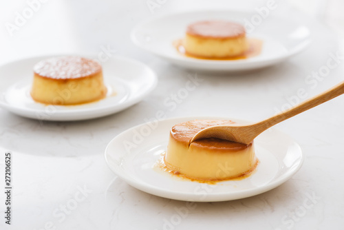 Tableau sur Toile Delicious vanilla custard in caramel sauce with spoon