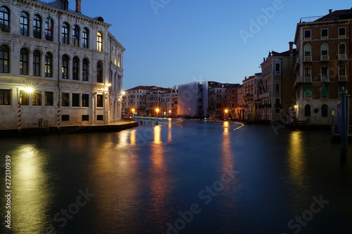 Cadres-photo bureau Venice Dawn view over Grand Canal and first boats passing by