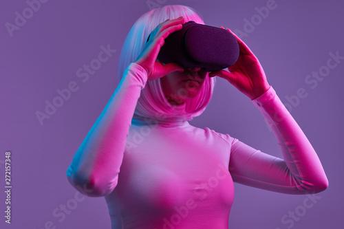Photo sur Toile Les Textures Futuristic female exploring cyberspace