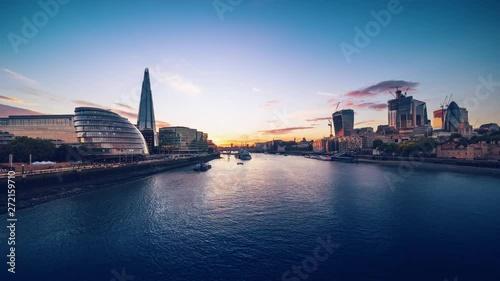 Pinturas sobre lienzo  time lapse of sunset, London skyline from the Tower Bridge, UK