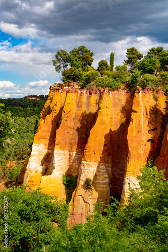 Fotografia Large colorful ochre deposits, located in Roussillon, small Provensal town in  N