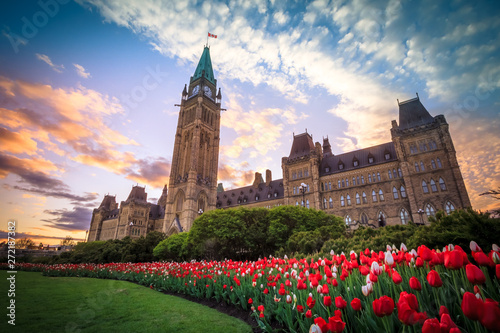 Photo  View of Canada Parliament building in Ottawa during tulip festival