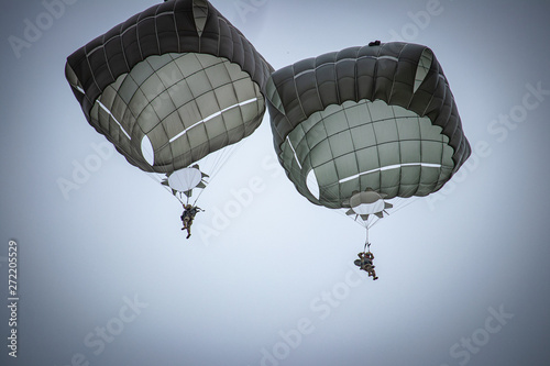 parachutist helicopter airborne operations airplane explosions missiles Fototapet