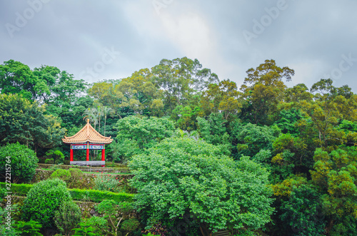 Chinese pavilion and temples at the Chinese Garden within a park with trees Tablou Canvas