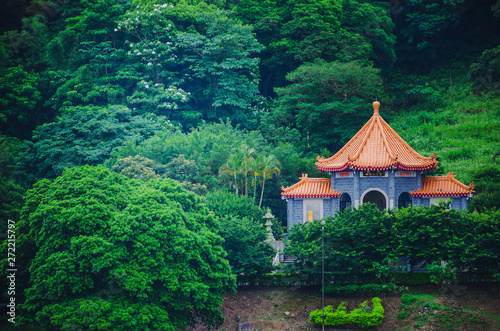 Chinese pavilion and temples at the Chinese Garden within a park with trees Fototapet