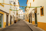 Fototapeta Uliczki - Streets of Evora, Portugal. White and yellow houses on a sunny day