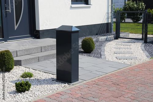 Moderner Vorgarten mit Ziersplitt - 272252596