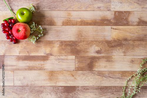 フルーツとグリーンと木目の背景素材