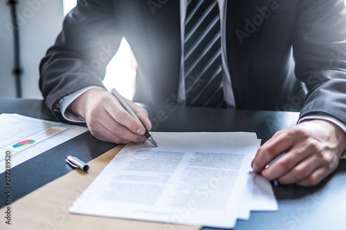Photo sur Aluminium Akt Business man signing contract, making a deal.