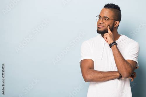Photo  Happy black male looking on copy space, advertising banner.