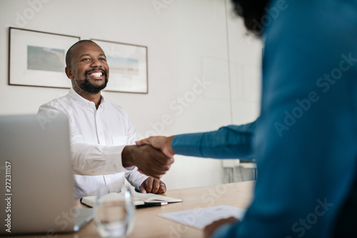 Fotografia  Smiling office manager shaking hands with a new employee
