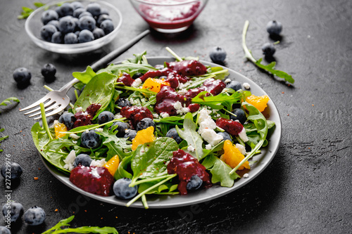 Fotografía  Summer salad with salad leaves, fruits, berries and cheese