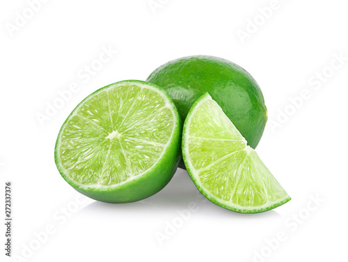 Poster Londres Limes with slices and leaves isolated on white background.