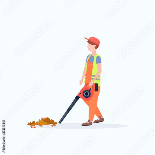 Photo male street cleaner holding leaves blower man in uniform cleaning service concep
