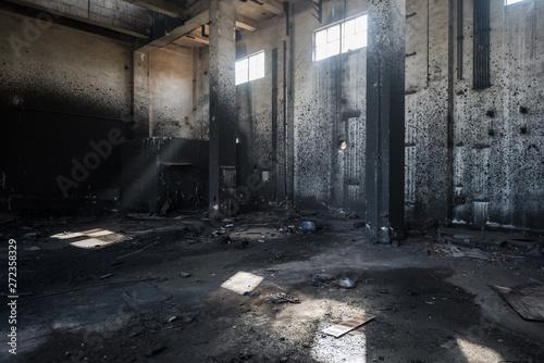 Autocollant pour porte Les vieux bâtiments abandonnés Interior of an old abandoned industrial steel factory