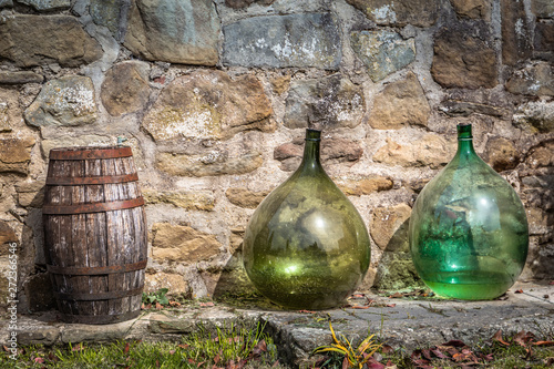 Fotografia, Obraz barrels and demijohns, typically used in Tuscany