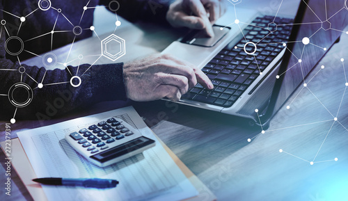Księgowy pracujący na laptopie; Wielokrotne narażenie
