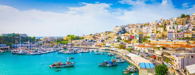 Panoramski pogled na Mikrolimano sa živopisnim kućicama uz marinu u Pireju u Grčkoj.