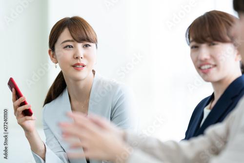 会話するビジネスウーマン