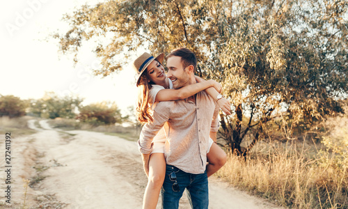 Fotografia  Stylish couple walking outdoors in lawn with a glass of wine
