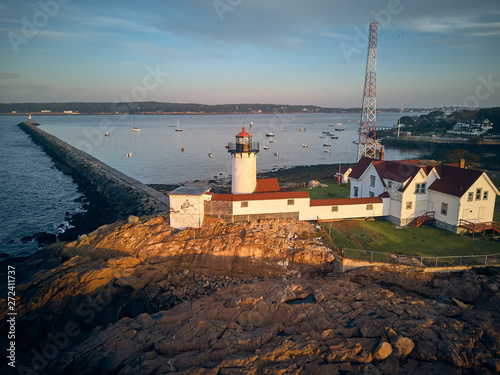 Photo  Eastern Point Lighthouse at sunrise in Gloucester, Massachusetts, USA