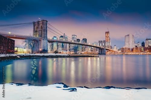 Fototapeta Manhattan Skyline from Pebble Beach in Brooklyn, United States. obraz