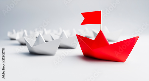 Fotografía Papierschiffchen - Roter Leader