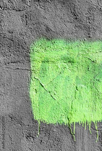 Naklejki na drzwi zielony kwadrat z łuszczącą się farbą na szarym tle tynkowanej ściany