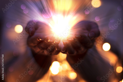 Foto magic particles on the palms of a woman, the flow of magical energy emanating from female hands