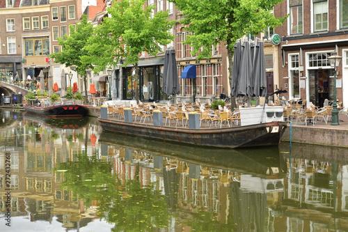 Valokuva  Budynki, barki i mostek nad kanałkiem w zabytkowej starówce.