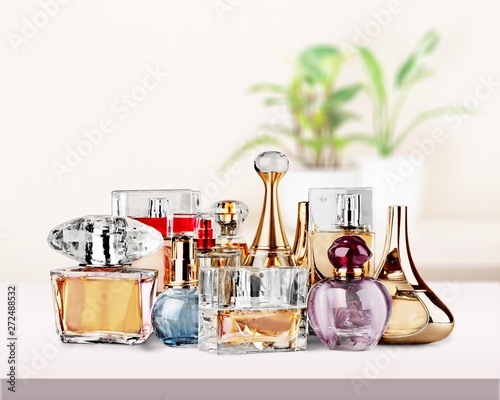 Foto op Aluminium Hoogte schaal Aromatic Perfume bottles on white wooden desk at wooden background