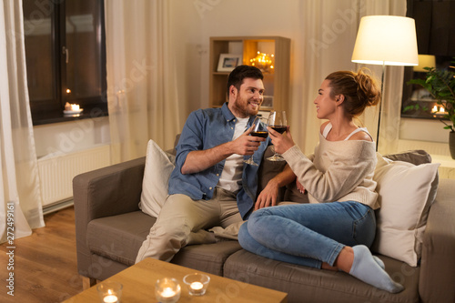 Valokuva  leisure, celebration and valentines day concept - happy couple drinking red wine