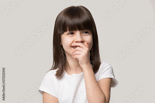 Photo Laughing shy cute girl isolated on grey studio background