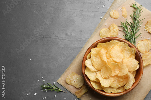 Pinturas sobre lienzo  Flat lay composition with potato chips on grey table