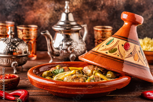 Photo  Traditional Moroccan chicken tagine with olives and salted lemons